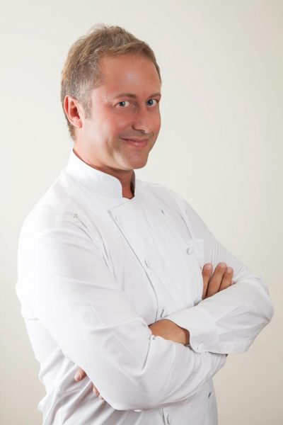 Ritratto dello chef Daniele Persegani con giacca bianca