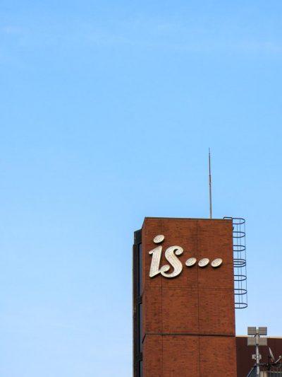 sopra un grattacielo la scritta is... perché il cioccolato è infinite cose