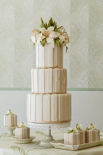 Wedding cake con lilium di pasta di zucchero di Alessandra Frisoni